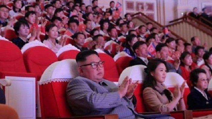 Bibi Pemimpin Korea Utara Kim Jong Un, Kim Kyong Hui (paling kanan) duduk bersama keponakan dan istrinya, Ri Sol Ju, dalam perayaan Tahun Baru di teater Pyongyang, berdasarkan foto yang dirilis KCNA MInggu (26/1/2020).
