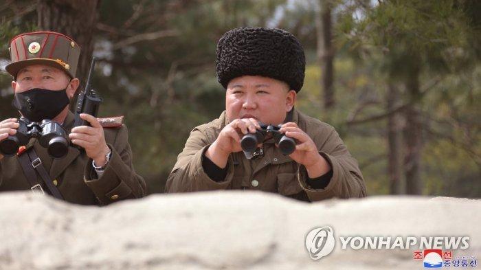 Kim Jong Un saat mengawasi latihan artileri jarak jauh pada 9 Maret 2020 - Kim Jong Un tidak meninggal, ia disebut tengah bersembunyi untuk menghindari virus corona. Ia dikatakan sedang berada di Wonsan.