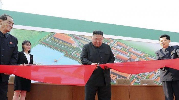 Pada Jumat 1 Mei 2020 foto tampak pemimpin Korea Utara Kim Jong Un, (di tengah), sedang memotong sebuah pita selama kunjungannya ke sebuah pabrik pupuk di Pyongan Selatan, Pyongyang, Korea Utara. Kim membuat penampilan publik pertamanya sejak 20 hari absen. Dia merayakan penyelesaian pabrik pupuk baru. Media pemerintah Korea Utara mengatakan pada Sabtu, 2 Mei 2020, mengakhiri rumor global yang mengatakan dia sakit parah. Wartawan independen tidak diberi akses untuk meliput peristiwa yang digambarkan dalam gambar didistribusikan oleh pemerintah Korea Utara ini. Konten gambar ini disediakan dan tidak dapat diverifikasi secara independen. Tanda air berbahasa Korea pada gambar yang disediakan oleh sumber berbunyi: KCNA yang merupakan singkatan dari Korean Central News Agency. ((Kantor Berita Pusat Korea / Layanan Berita Korea via AP).)