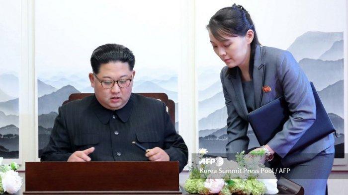 Pemimpin Korea Utara Kim Jong Un (kiri) menandatangani buku tamu di sebelah saudara perempuannya Kim Yo Jong (kanan) selama KTT Antar-Korea dengan Presiden Korea Selatan Moon Jae-in di gedung Peace House di sisi selatan desa Panmunjom pada tanggal 27 April 2018