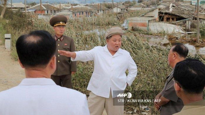 Foto yang diambil pada tanggal 5 September 2020 dan dirilis dari Kantor Berita Pusat Korea (KCNA) resmi Korea Utara pada tanggal 6 September 2020 menunjukkan pemimpin Korea Utara Kim Jong Un (tengah) mengunjungi daerah yang rusak akibat Topan Maysak di Provinsi Hamgyong Selatan.