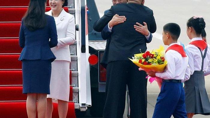 Kim Jong Un Sambut Kedatangan Presiden Korea Selatan Moon Jae In dengan Pelukan