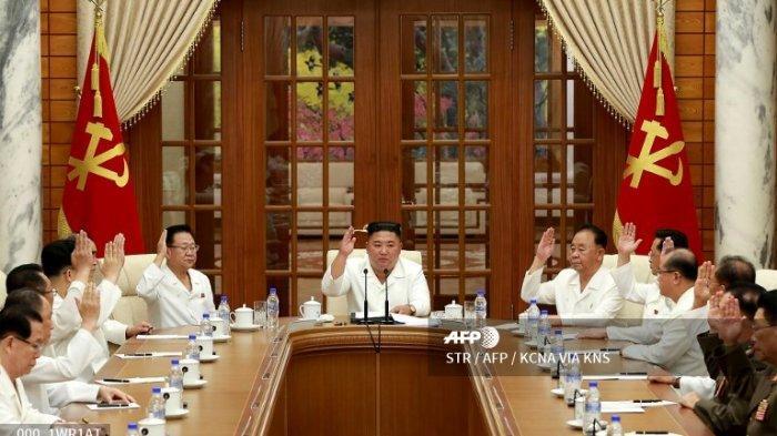 Dalam gambar yang diambil pada tanggal 25 Agustus 2020 dan dirilis dari Kantor Berita Pusat Korea (KCNA) resmi Korea Utara pada tanggal 26 Agustus 2020 ini, Pemimpin Korea Utara Kim Jong Un (tengah) menghadiri pertemuan biro politik dan dewan kebijakan eksekutif Komite pusat ke-7 Partai Pekerja Korea (WPK) di Pyongyang.