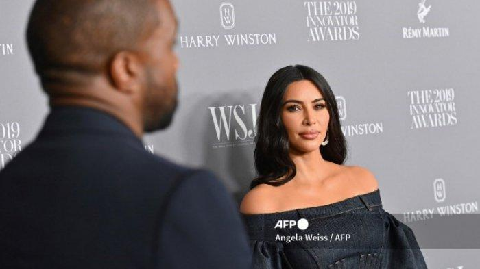 Kim Kardashian West (kanan) dan suaminya, rapper Kanye West menghadiri WSJ Magazine 2019 Innovator Awards di MOMA pada 6 November 2019 di New York City.