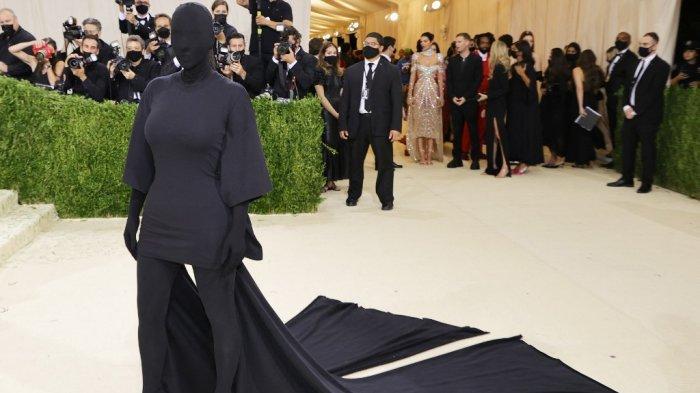 Kostum Tertutup Serba Hitam Kim Kardashian di Met Gala 2021, Ada Hubungannya dengan Kanye West?