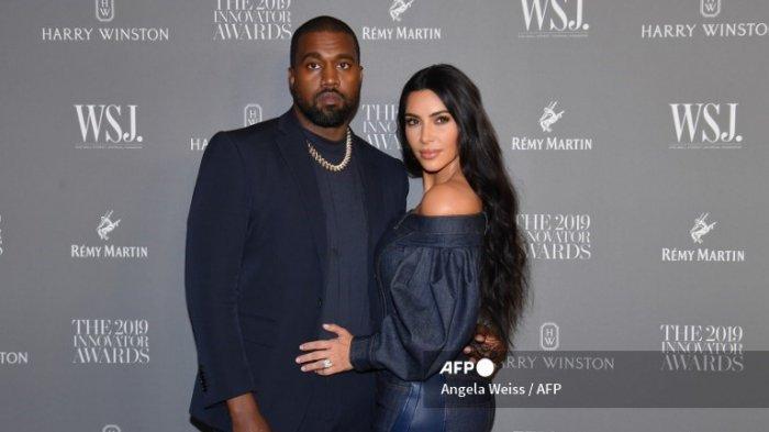 Kim Kardashian West (kanan) dan suaminya, rapper Kanye West menghadiri WSJ Magazine 2019 Innovator Awards di MOMA pada 6 November 2019 di New York City.