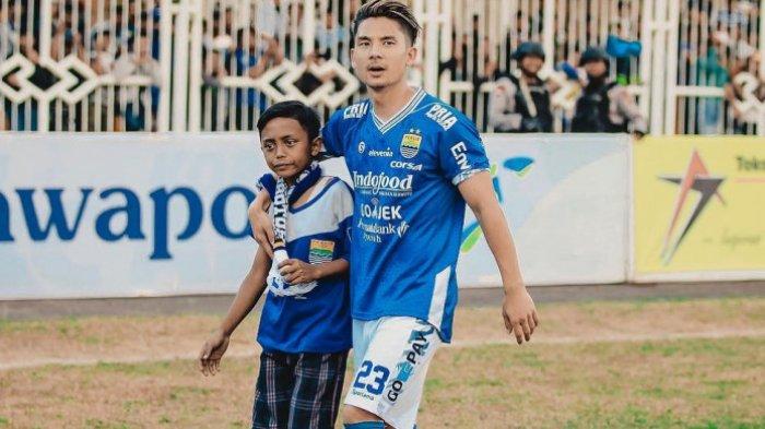 Kim Kurniawan memeluk Bobotoh cilik bernama Galang di Stadion Wiradadaha, Tasikmalaya, Rabu (15/8/2018)
