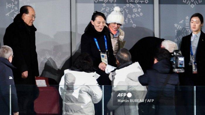 Adik perempuan Kim Jong Un Korea Utara, Kim Yo Jong (tengah) berjabat tangan dengan Presiden Korea Selatan Moon Jae-in selama upacara pembukaan Olimpiade Musim Dingin Pyeongchang 2018 di Stadion Pyeongchang pada 9 Februari 2018.