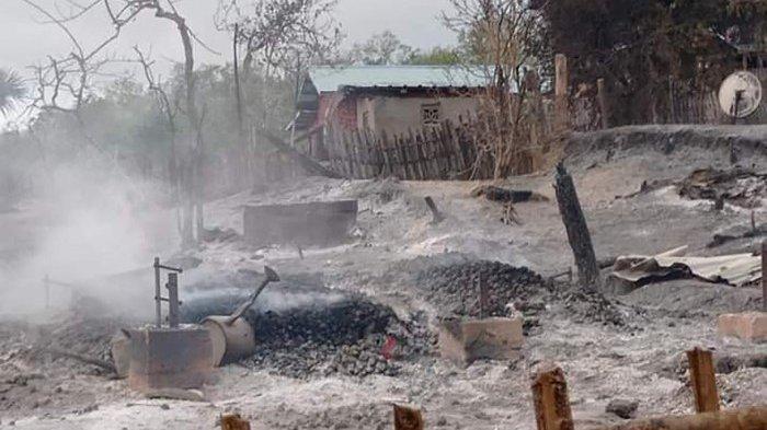 Selebaran dari Pauk Township News yang diambil dan dirilis pada 16 Juni 2021 ini menunjukkan sisa-sisa rumah setelah dibakar di desa Kin Ma di Pauk Township, wilayah Magway. Junta Myanmar dan penduduk desa bertukar tuduhan 16 Juni setelah sebuah desa diratakan hampir seluruhnya rata dengan tanah di pusat negara yang dilanda kudeta.
