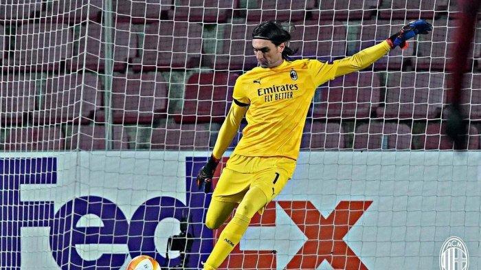 Kiper AC Milan, Ciprian Tatarusanu dalam pertandingan Liga Eropa melawan Sparta Praha