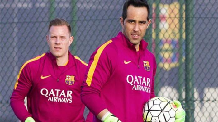 Kiper Barcelona Marc-Andre ter Stegen berlatih bersama mantan rekannya Claudio Bravo.