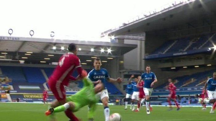 Video Tekel Horor Kiper Everton ke Virgil van Dijk: Jordan Pickford Bebas Kartu Kuning dan Merah
