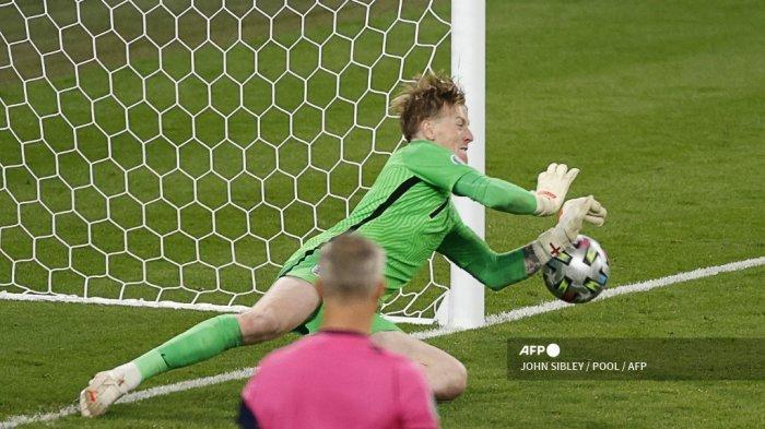 Penjaga gawang Inggris Jordan Pickford menyelamatkan penalti oleh penyerang Italia Andrea Belotti (tidak terlihat) selama pertandingan sepak bola final UEFA EURO 2020 antara Italia dan Inggris di Stadion Wembley di London pada 11 Juli 2021.