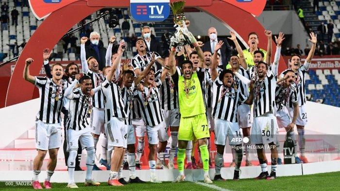 Kiper Juventus Italia Gianluigi Buffon memegang trofi pemenang saat para pemain Juventus merayakan kemenangan final pertandingan sepak bola Piala Italia (Coppa Italia) Atalanta vs Juventus pada 19 Mei 2021 di stadion Citta del Tricolore di Reggio Emilia.