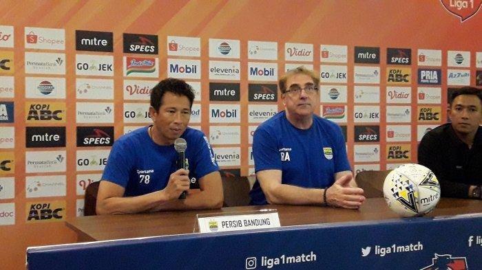 Kiper Persib Bandung I Made Wirawan (kiri) dan pelatih Persib Robert Alberts (tengah) dalam konferensi pers menjelang laga lawan Tira Persikabo.