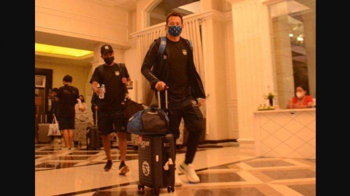 Kiper Persib Bandung, I Made Wirawan dan rekannya meninggalkan hotel di Solo