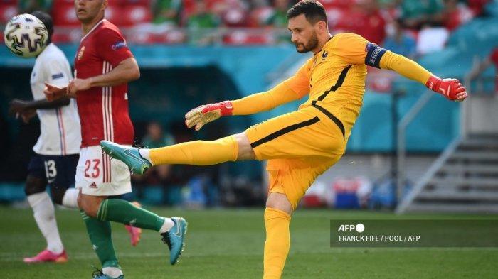 Penjaga gawang Prancis Hugo Lloris menendang bola saat pertandingan sepak bola Grup F UEFA EURO 2020 antara Hongaria dan Prancis di Puskas Arena di Budapest pada 19 Juni 2021.