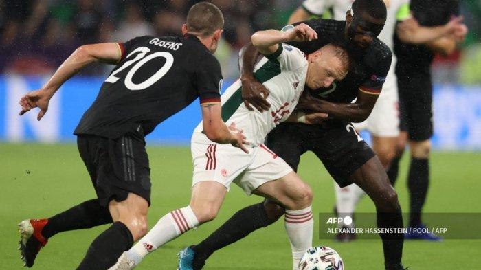 (kiri) Bek Jerman Robin Gosens, gelandang Hungaria Laszlo Kleinheisler dan bek Jerman Antonio Ruediger berebut bola dalam pertandingan sepak bola Grup F UEFA EURO 2020 antara Jerman dan Hungaria di Allianz Arena di Munich pada 23 Juni 2021.