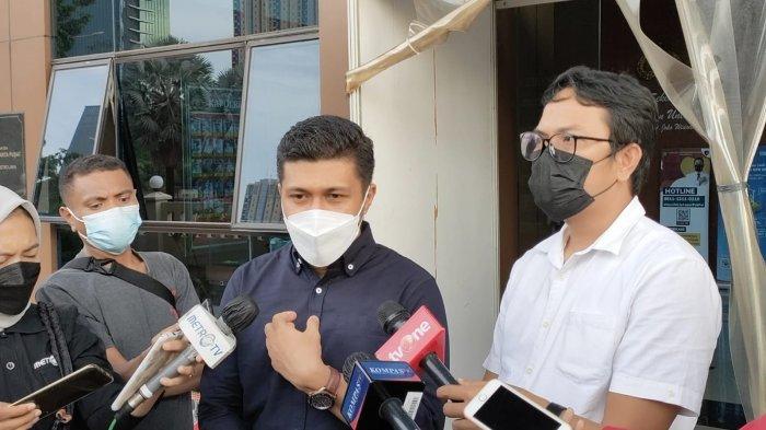 Kuasa Hukum Terlapor Kasus Pelecehan Seksual RT dan EO, Tegar Putuhena (kiri) bersama kuasa hukum RM Anton Febrianto memberikan keterangan pemeriksaan di Polres Metro Jakarta Pusat, Senin (6/9/2021).