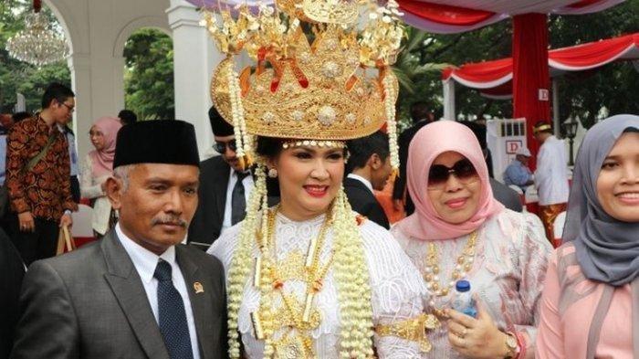 Istri Menteri Pertahanan Ryamizard Ryacudu, Nora Tristyana, mengenakan baju adat Lampung saat menghadiri upacara HUT Kemerdekaan RI ke-74 di Istana Negara, Jakarta, Sabtu ( 17/8/2019). Nora pun mendapat penghargaan kostum terbaik dan mendapatkan hadiah sepeda dari Presiden Joko Widodo.