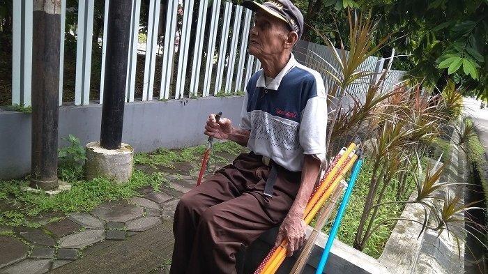 Kisah Perjuangan Mbah Miswadi, Penyandang Tunanetra Berjualan Sapu Keliling Sejak 1981