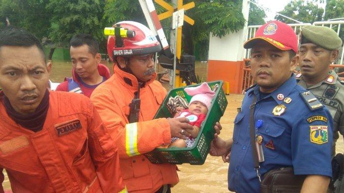 Suasana haru pascapenyelamatan bayi Sabrina di Bukit Duri Jatinegara Jakarta Timur, Kamis (2/1/2020)