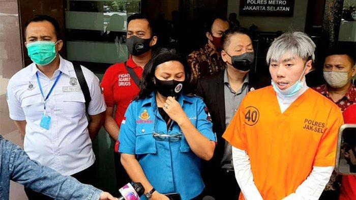 Polisi membawa presenter Roy Kiyoshi (33) ke Rumah Sakit Ketergantungan Obat (RSKO) Cibubur, Jakarta Timur.