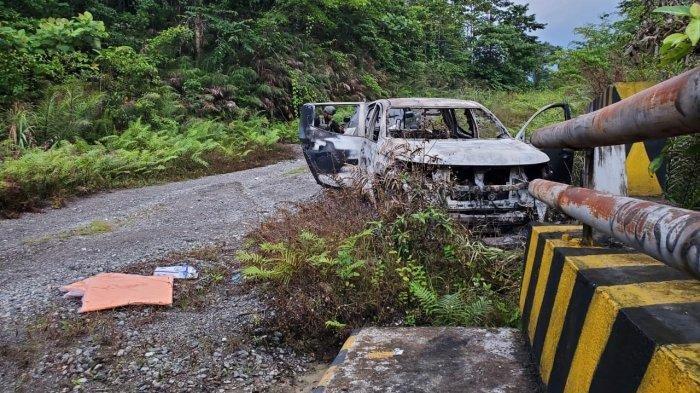 DIBAKAR - Pembunuhan sadis diduga dilakukan anggota KKB di Yahukimo. Dua pekerja PT Indo Papua dibunuh dengan cara ditembak dan dibacok, lalu dibakar bersama mobil yang dikendarainya, Minggu (22/8/2021).