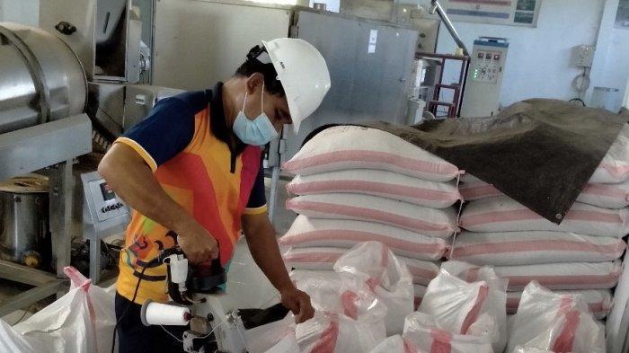 Bantu Ekonomi Pembudidaya, KKP Distribusikan 50 Ton Pakan Ikan Mandiri