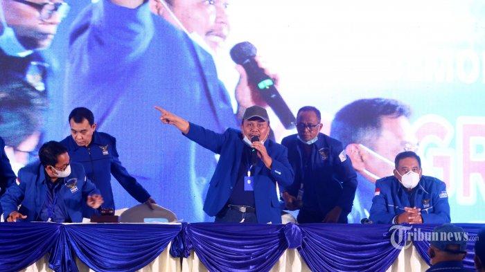 Pimpinan sidang, Jhoni Alen Marbun bersama kader partai menggelar Kongres Luar Biasa (KLB) Partai Demokrat di The Hill Hotel Sibolangit, Deliserdang, Sumatera Utara, Jumat (5/3/2021). Berdasarkan hasil KLB tersebut, Moeldoko terpilih menjadi Ketua Umum Partai Demokrat. Tribun Medan/Danil Siregar