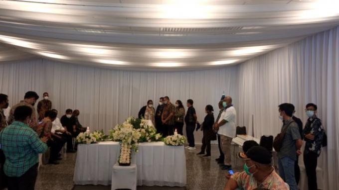 Saat Adik Wagub Papua Klemen Tinal Teteskan Air Mata di Samping Peti Jenazah