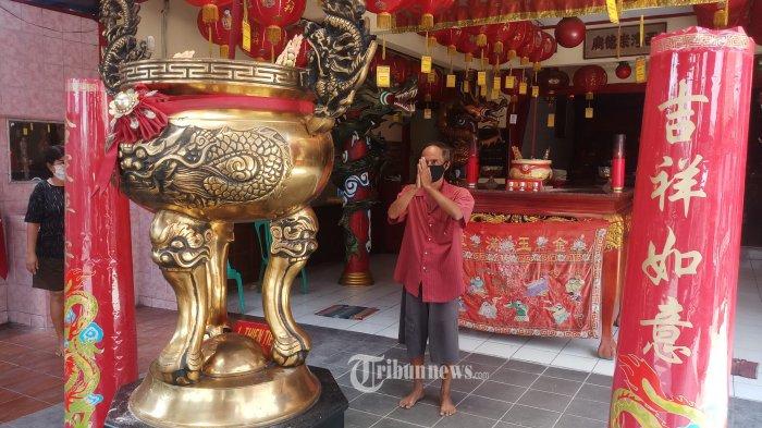 SIAP SAMBUT IMLEK - Umat Tridharma sedang melaksanakan ibadah di Klenteng Hok Tek Tjeng Sin, Di Kampung Sewan Lebak Wangi, Kelurahan Mekarsari, Kecamatan Neglasari, Kota Tangerang, Selasa (9/2/2021). Klenteng yang didirikan tahun 1830 atau yang kini berusia 191 tahun ini siap menyambut umat yang akan datang merayakan Imlek dengan mengikuti aturan prokes. WARTA KOTA/NUR ICHSAN