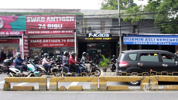 Jejeran klinik yang menawarkan tes swab antigen ramai dipadati warga di  Jalan Warung Buncit, Jakarta Selatan,Rabu (30/6/2021). Sejumlah klinik dan rumah sakit di kawasan Warung Buncit ini saling bersaing mempromosikan harga yang lebih terjangkau untuk tes swab antigen dan juga PCR. Mulai dari kisaran harga Rp.74.000 hingga Rp.89.000 untuk swab antigen dan harga Rp.685.000 hingga Rp.695.000 untuk tes PCR. (Warta Kota/Henry Lopulalan)