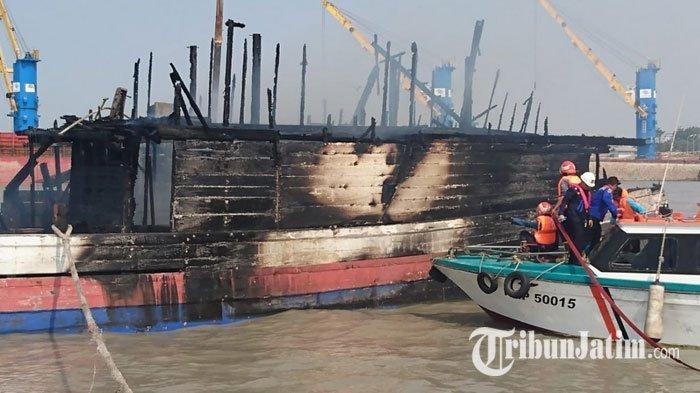 KLM Sinar Timur Terbakar di Dermaga Pelra Pelabuhan Gresik