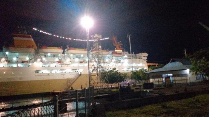 Kapal KM Lambelu milik PT. Pelni bersandar di Pelabuhan Lorens say Maumere, NTT, Selasa (7/4/2020) pukul 21.37 WIT.