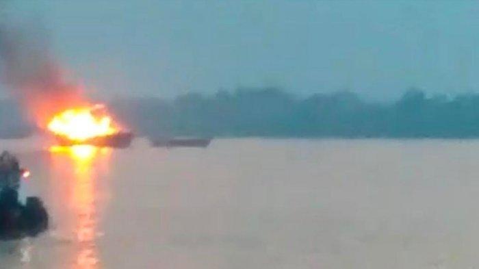 TNI AL dan Polair Berjibaku Memadamkan Api yang Membakar KM Sunli