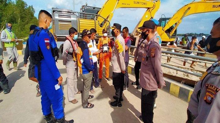 Rombongan Forkopimda saat memantau langsung lokasi Kapal Fery yang terbalik di penyeberangan Perigi Piai, Penghubung Kecamatan Tebas dan Kecamatan Tekarang, Sabtu (20/2/2021).