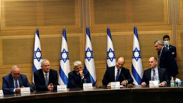 Naftali Bennett (empat dari kiri) bersama Yair Lapid (tiga dari kiri) dan anggota kabinet lainnya