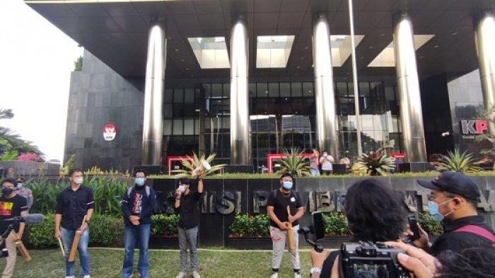 Koalisi Masyarakat Antikorupsi Bawa Kentungan Saat Aksi di KPK: Tanda Indonesia Sedang Bahaya