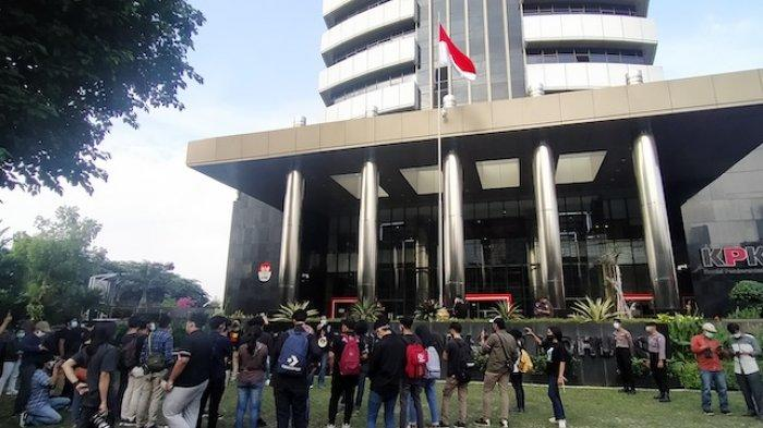 Koalisi Masyarakat Antikorupsi menggelar aksi di depan Gedung Merah Putih KPK Jakarta tuntut pencabutan penonaktifan 75 pegawai KPK yang tak lulus asesmen TWK untuk ahli status sebagai ASN, Selasa (18/5/2021).