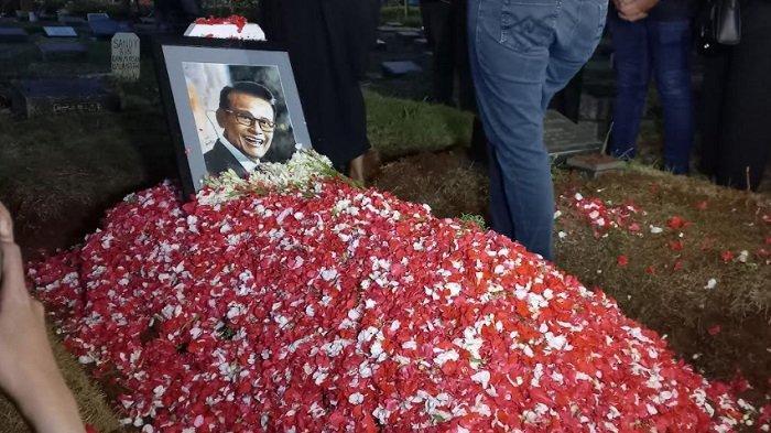 Jenazah Koes Hendratmo dimakamkan di TPU Karet Bivak, Jakarta Pusat.