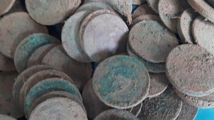 Tumpukan Koin Kuno Ditemukan Terbungkus Kain Putih Dekat Pusara Pengawal Ulee Balang di Pidie Jaya