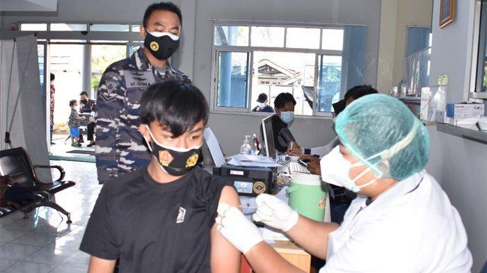 Serbuan Vaksinasi TNI AL, Ribuan Warga Cariu Bogor Disuntik Vaksin Covid-19