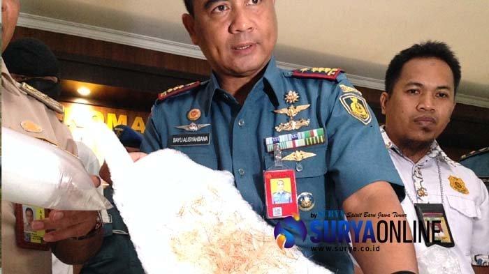 Komandan Pangkalan Udara TNI AL Kolonel Laut (P) Bayu Alisyahbana saat menunjukkan barang bukti ribuan ekor anak lobster yang hendak diselundupkan ke Singapura melalui Bandara Juanda Surabaya, Selasa (6/11/2018).
