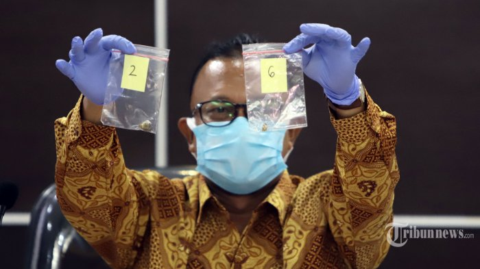 Komisioner Komnas HAM Choirul Anam menunjukkan barang bukti hasil penyelidikan saat konferensi pers di Gedung Komnas HAM, Jakarta, Senin (28/12/2020). Konferensi pers ini memberikan keterangan perkembangan penyelidikan dan temuan di lapangan oleh Komnas HAM dalam peristiwa kematian 6 laskar FPI di Kerawang. TRIBUNNEWS/HERUDIN
