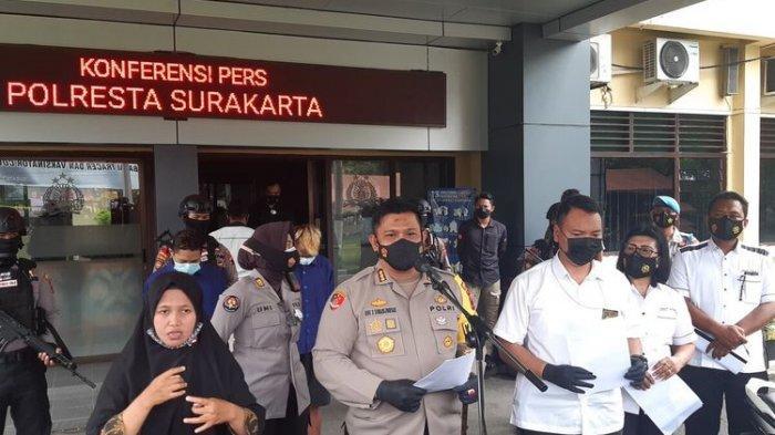 Kapolresta Solo, Kombes Pol Ade Safri Simanjuntak, memberikan keterengan pers dalam ungkap kasus dugaan eksploitasi anak di bawah umur di Mapolresta Solo, Rabu (10/3/2021).