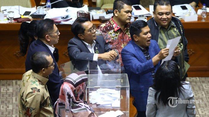 Anggota Komisi III DPR menghitung hasil perolehan masing-masing calon pimpinan Komisi Pemberantasan Korupsi (KPK) saat pemilihan Capim KPK oleh Komisi III DPR melalui mekanisme voting di Ruang Rapat Komisi III, Kompleks Parlemen, Jakarta, Jumat (13/9/2019) dini hari. Melalui mekanisme voting dengan jumlah suara sah sejumlah 56 terpilih 5 capim KPK yaitu Firli Bahuri, Alexander Marwata, Nurul Ghufron, Nawawi Pomolango, dan Lili Pintauli Siregar. TRIBUNNEWS/IRWAN RISMAWAN