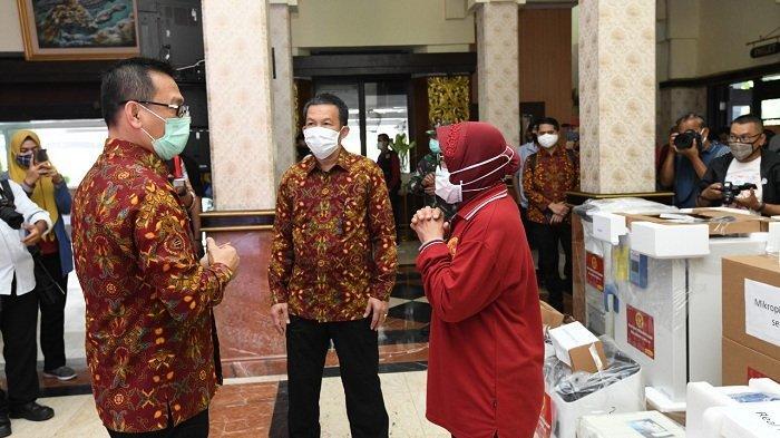 Sekretaris Utama (Sestama) BIN, Komjen Pol Bambang Sunarwibowo menyerahkan bantuan alat kesehatan dari Badan Intelijen Negara (BIN) kepada Walikota Surabaya Tri Rismaharini , Jumat (29/5/2020).