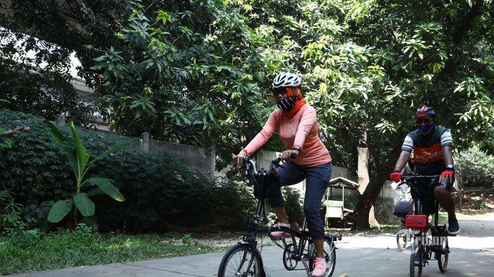 Komunitas Brompton Riders Bekasi (Broder) saat bersepeda di Kota Bekasi, Jawa Barat, Minggu (5/7/2020). Tribunnews/Irwan Rismawan