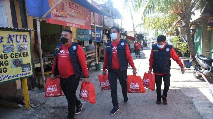 Komunitas Gerakan Berbagi Untuk Warga dan PMII Door to Door Bantu Masyarakat Terdampak Pandemi